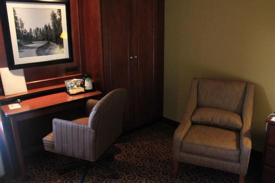 Hampton Inn Marlborough: desk area