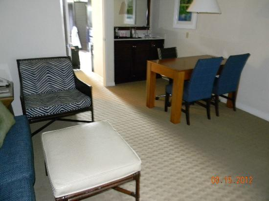 Sheraton Suites Cypress Creek Ft. Lauderdale: Living room area of the Suite