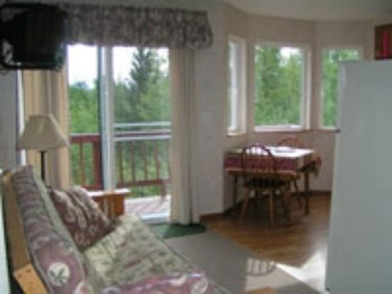 Tollers' Timbers Guest Chalets & Cottages: Spacious cabin with full kitchen