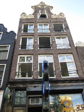The Bulldog Hotel: Apartment was the whole first floor!