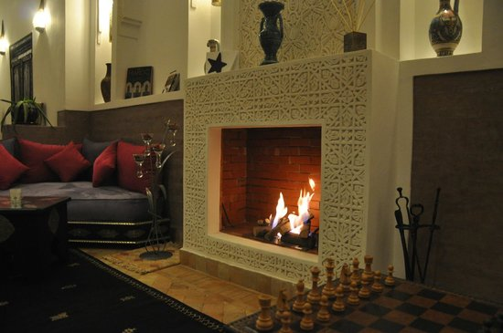 Riad Charme d&#39;Orient: coin chemine Salon Bar Lounge