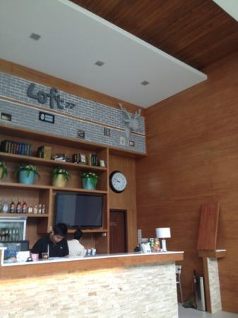 Loft 77 Hotel: A look at the front counter in the lobby of Loft 77
