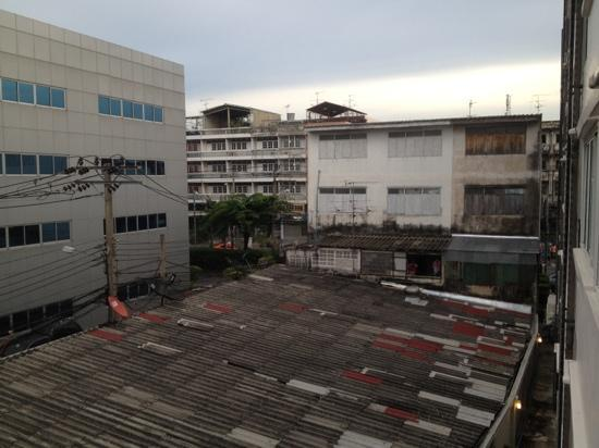 Loft 77 Hotel: This is the view from the room looking toward the Soi.