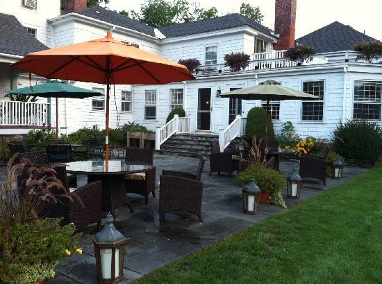 The Inn at Ormsby Hill: The patio offers plenty of space to relax outdoors!