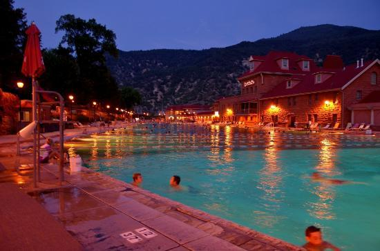 Caravan Inn: Hot Springs pool at night