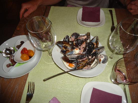 Magalas, France : Complimentary Moules....