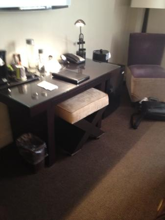 The Andrew Hotel: desk
