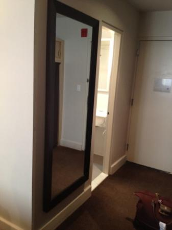 The Andrew Hotel: mirror