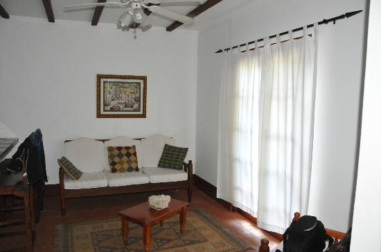 Perla Real Inn: living room