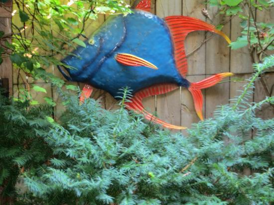 Ann Arbor Bed & Breakfast: Whimsical, fun fish on patio wall