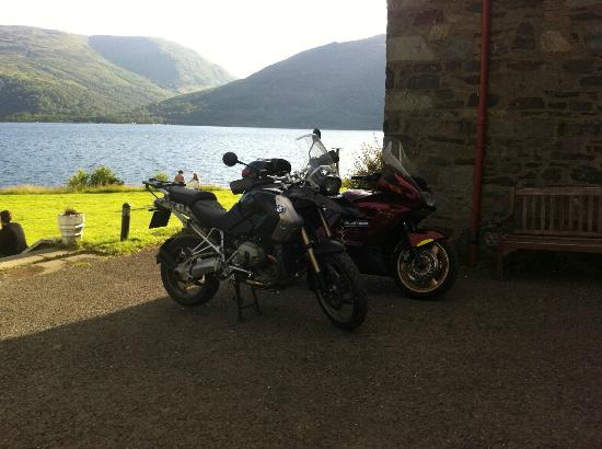 Rowardennan Lodge: Picture of bikes and Lake