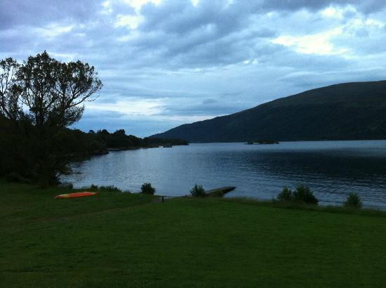 Rowardennan Lodge: Picture of Loch Lomond with hotel behind