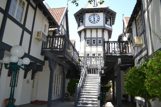 Wine Valley Inn & Cottages - A Broughton Hotel: Clock tower back- Stairs with broken steps are the ones leading up to either side