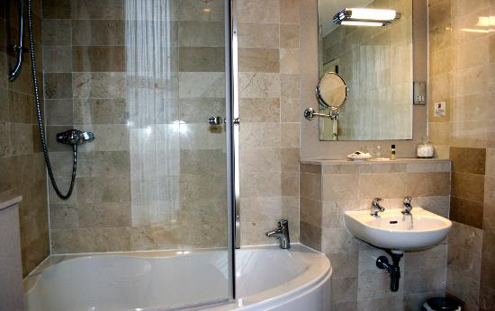 Cairndale Hotel &amp; Leisure Club: Superior Bathroom