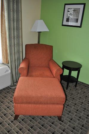 La Quinta Inn &amp; Suites Baltimore South Glen Burnie: reading chair
