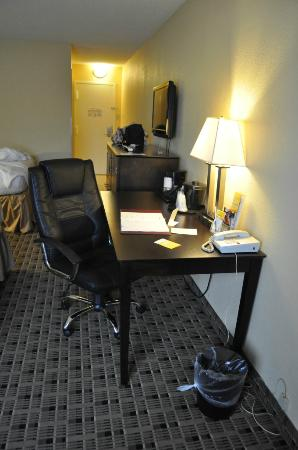 La Quinta Inn &amp; Suites Baltimore South Glen Burnie: desk
