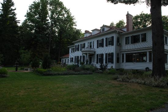 Juniper Hill Bed & Breakfast: Front of the inn, early evening