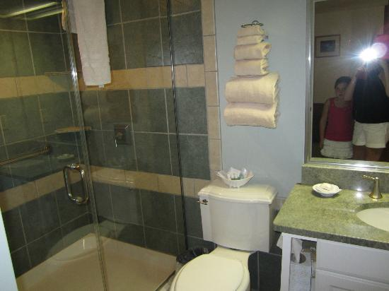 Newport Bay Club & Hotel: Full bath upstairs