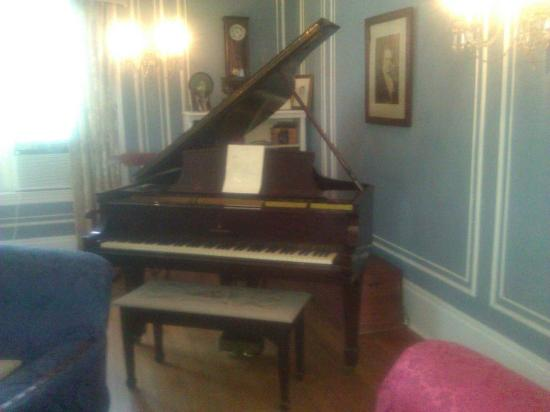 Hampton Terrace Bed and Breakfast Inn: 1929 Steinway that John Williams played last summer!