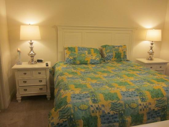 Myrtlewood Villas: King bed in master suite