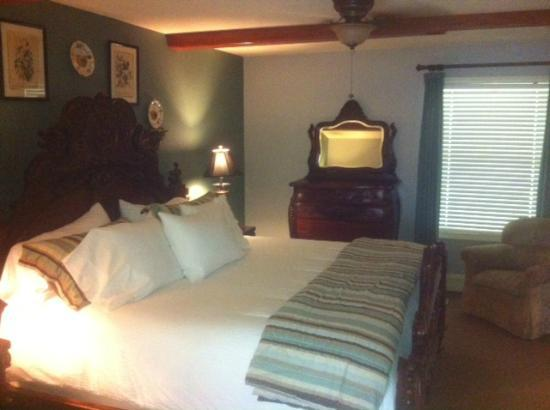 The Sanford House: Master bedroom in the cottage