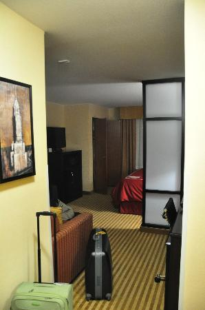 Comfort Suites: room from the door