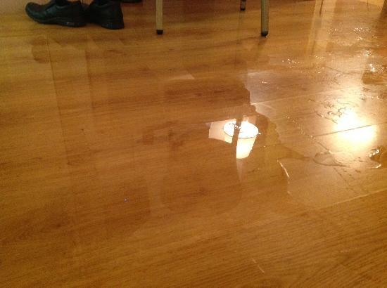 Legacy Hotel: Water everywhere in my room due to water leak at Rom 420...