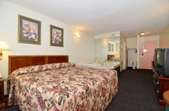 Americas Best Value Inn Chattanooga / East Ridge: 1 King Jacuzzi
