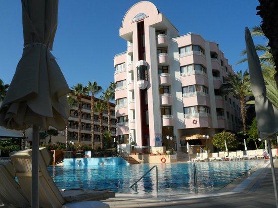 Hotel Aqua: One block of the hotel and pool viewed from our sunbed