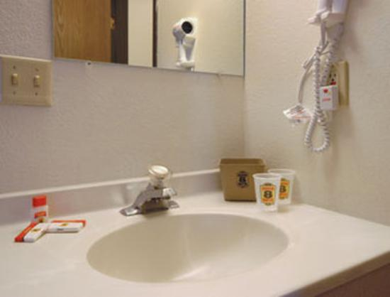 Super 8 Tucumcari: Bathroom