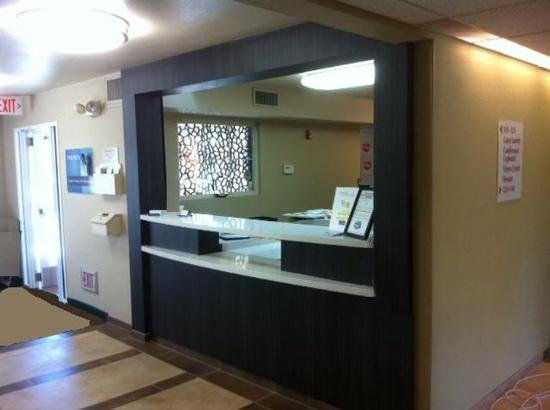 Candlewood Suites Orange County/Airport: Front Desk