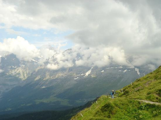 Hotel Jungfraublick Wengen: Take the cable car and go on the Panoramic Trail! A MUST!