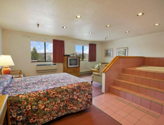 Super 8 Salmon Arm: Jacuzzi Suite