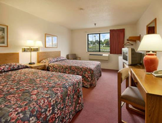 Super 8 Salmon Arm: Standard Two Double Bed Room