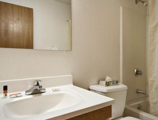 Super 8 Salmon Arm: Bathroom