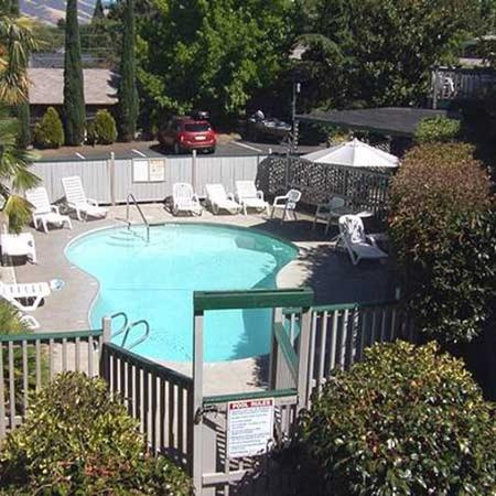 Cedarwood Inn: Pool