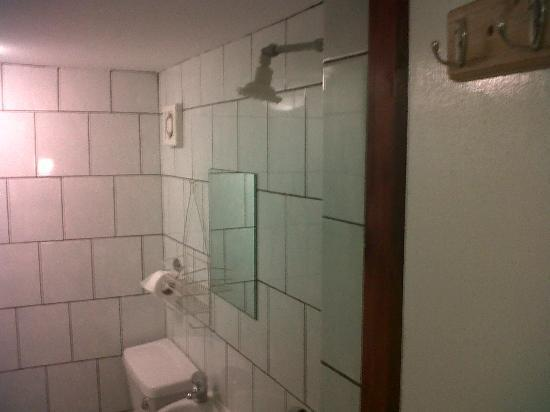 Holly House Hotel: Cramped place for showering
