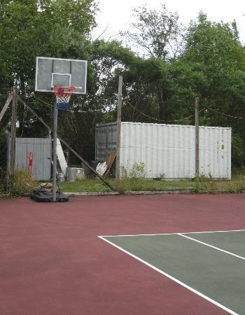 Inn at Charlotte Bed and Breakfast: Basketball net at tennis court