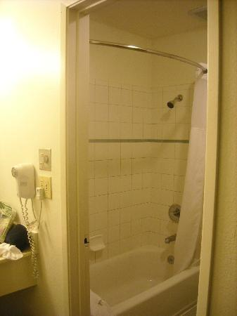 Redwood Inn: Decent shower