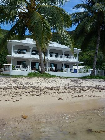 Chalets Anse Possession: Appartment building seen from the beach
