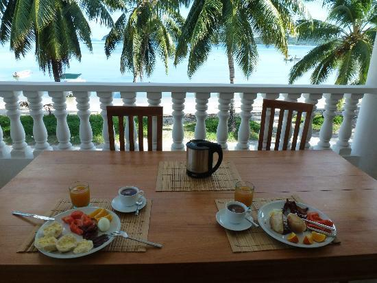 Chalets Anse Possession: Appartment breakfast with a view