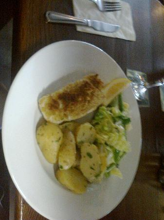 Kidderminster, UK: Herb crusted cod, new potatoes, cabbage, mange tout