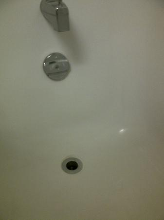 Howard Johnson Inn London: Tub Plug didn't work = took whole plug!