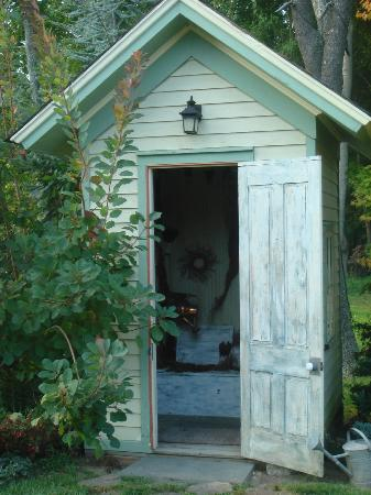Jedediah Hawkins Inn & Restaurant: A recycled outhouse.