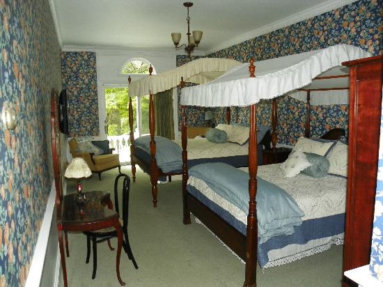 Homeport Inn: Queen & Full Canopy Beds, Full Breakfast,Private Bath,Deck, Refrig,WiFi,Flat Screen TV with Cabl
