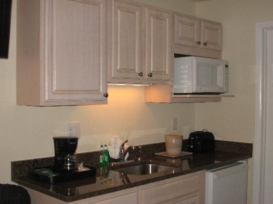 Madison Avenue Beach Club Motel: Well stocked kitchenette