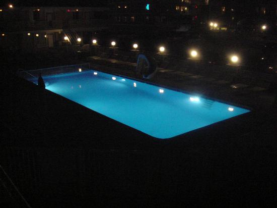 Villa Nova Motel: pool at night