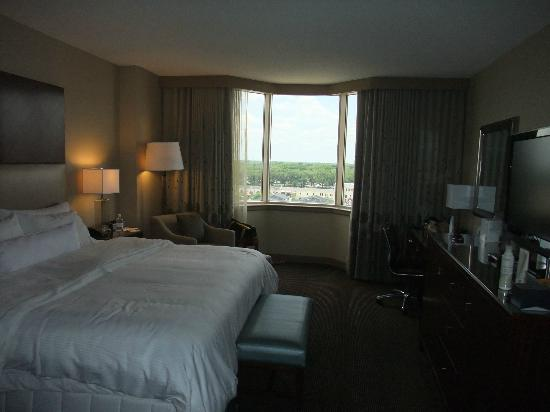 Westin Savannah Harbor Golf Resort & Spa: Nice bedrooms with great views...