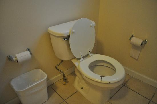 Rodeway Inn & Suites: Bathroom toilet