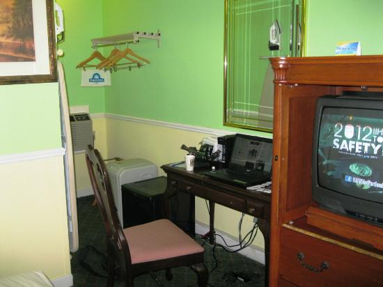 Days Inn Bar Harbor/Frenchman's Bay: Note the missing desk knob and peeled veneer under the TV. Chair wobbled. Cramped, unpleasant ro